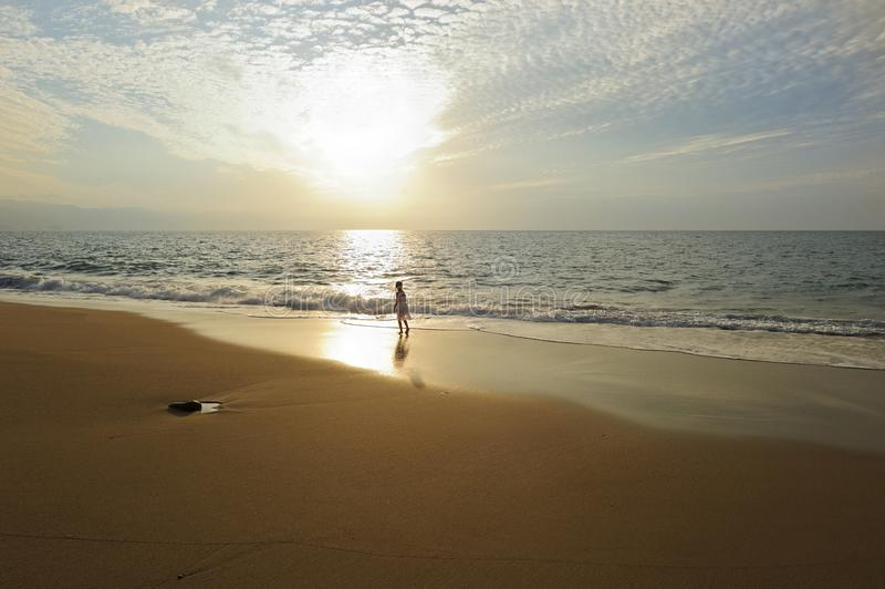 Geistiger Seelen-Mädchen-Ozean-Sonnenuntergang-Strand stockfotografie