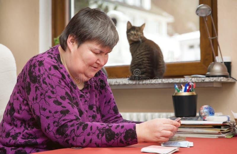 Geistlich - Spielkarten der behinderten Frau, therapeutisch an täglichem L lizenzfreie stockfotos
