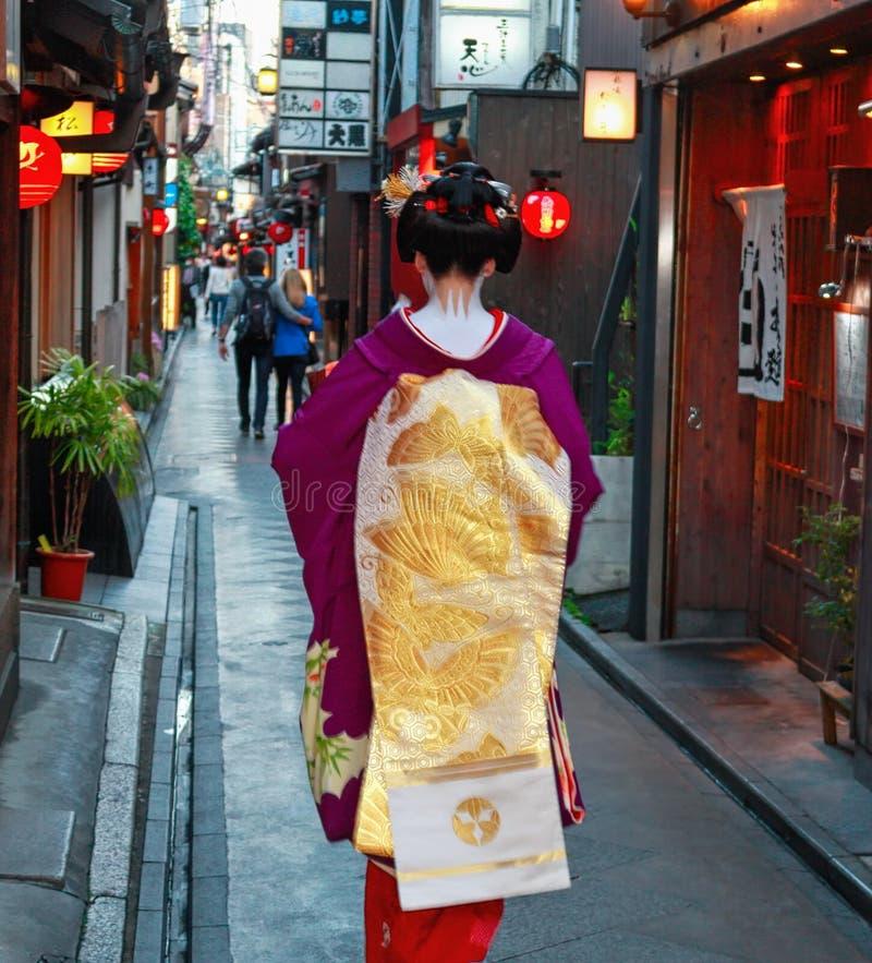 Gejsza od plecy w ulicach Kyoto obraz stock