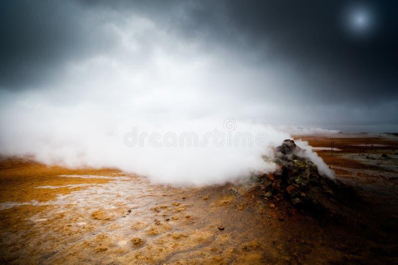 Gejzer w Hverir, Iceland dramatyczny krajobraz z mgłą fotografia royalty free