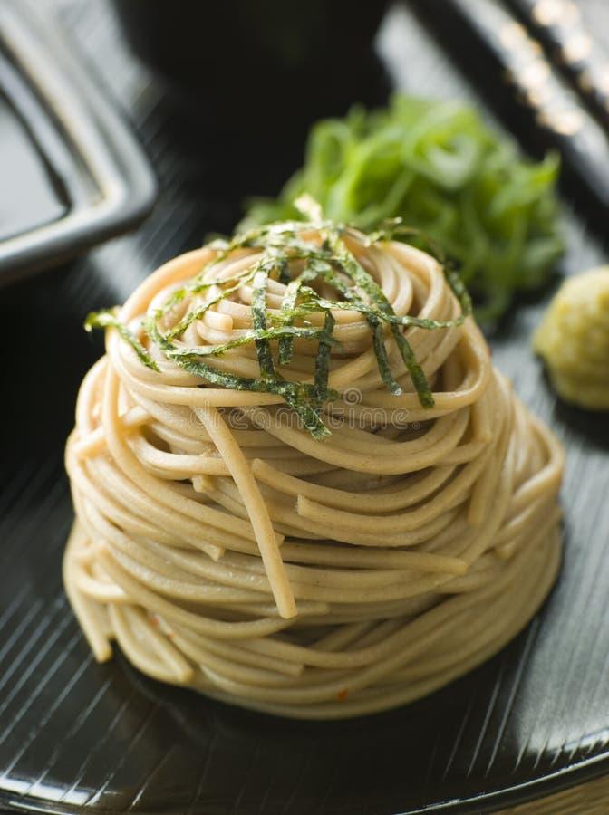 Gekühlte Soba Nudeln mit Wasabi und Sojasoße stockfotografie