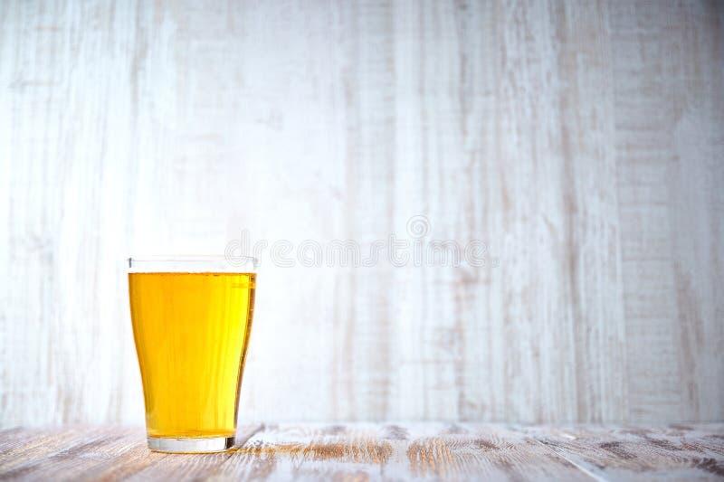 Gekühltes Glas helles Bier auf einem Holztisch Volles Glas Bier Kopieren Sie Platz helles alkoholisches Getränk lizenzfreies stockbild