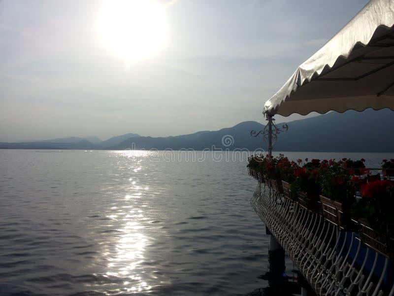 Geküsst durch Sonne auf Garda See stockfoto