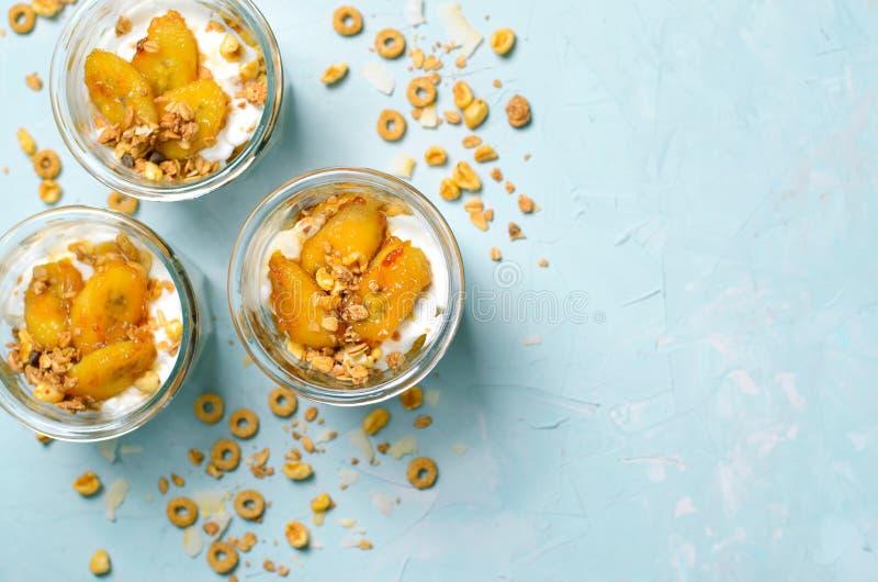 Gekarameliseerd Banaanparfait, Granola en Yoghurtdessert royalty-vrije stock afbeeldingen