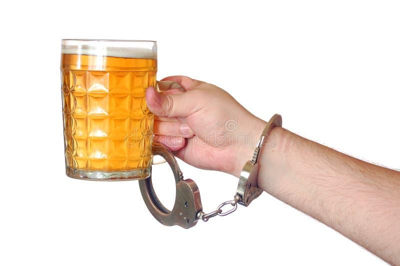 Geketend aan alcohol royalty-vrije stock fotografie