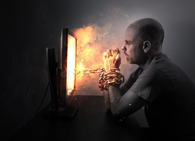 Geketend aan vlammende computer royalty-vrije stock afbeelding