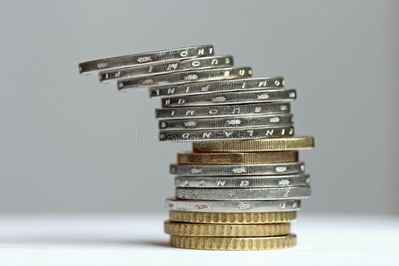 Gekippter Kontrollturm von den Euromünzen lizenzfreies stockbild
