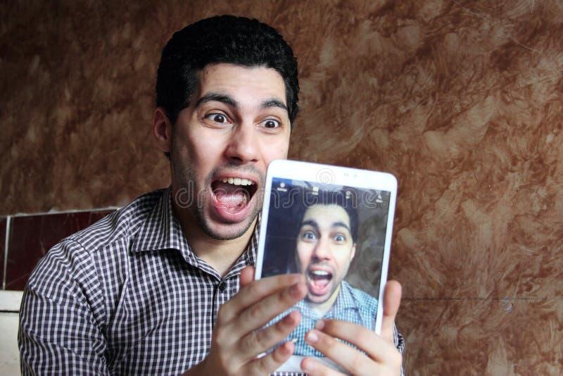 Gekke Arabische Egyptische zakenman die selfie nemen royalty-vrije stock afbeeldingen