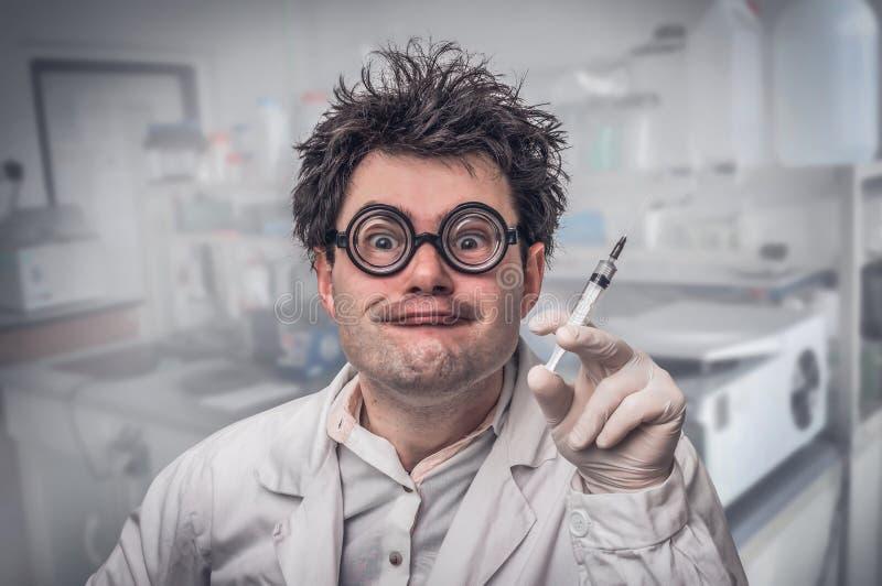 Gekke arts die experimenten in het ziekenhuis uitvoeren stock foto