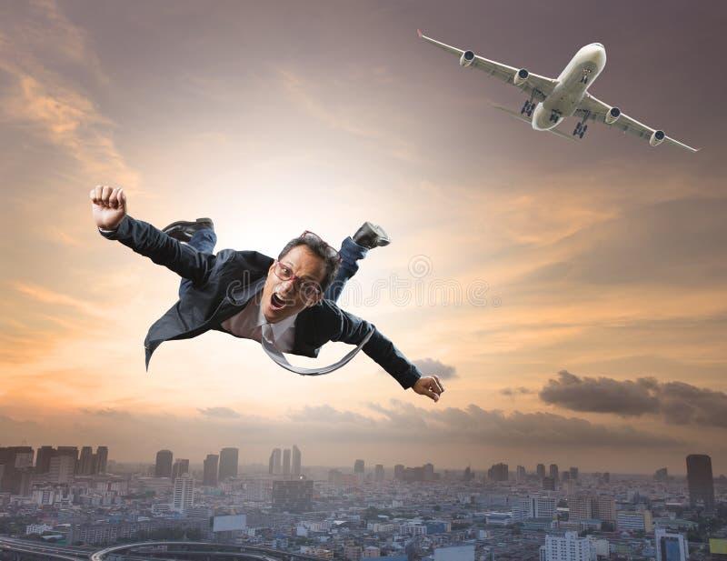 Gekke bedrijfsmens die van passagiersvliegtuig vliegen met blij en hap stock afbeelding