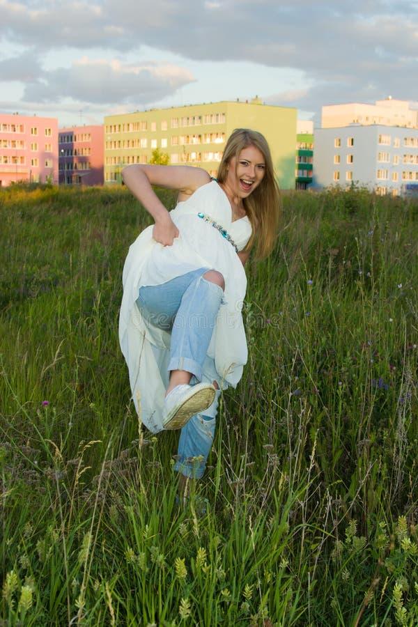 Gekke Bruid in jeans en tennisschoenen royalty-vrije stock afbeeldingen