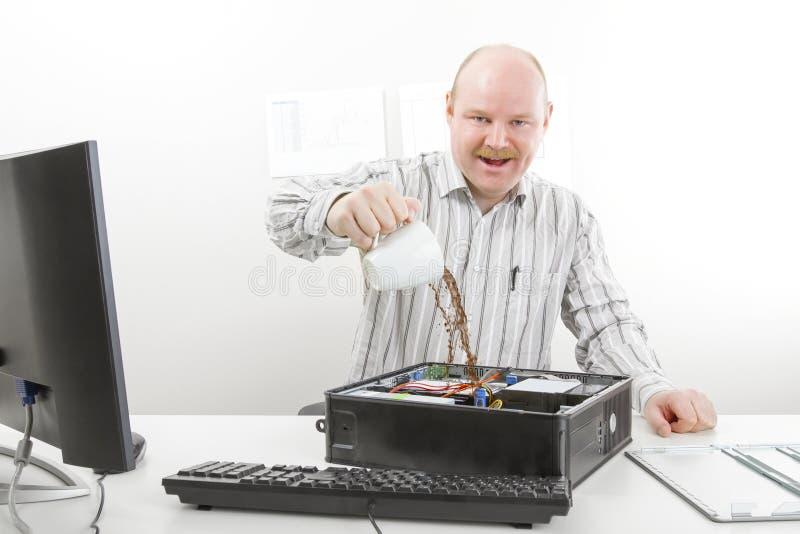 Gekke de Computerchassis van Zakenmanpouring coffee in stock fotografie