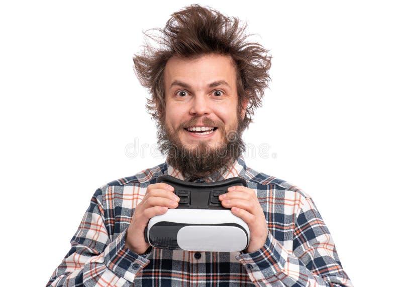 Gekke gebaarde mens met VR-beschermende brillen stock afbeeldingen