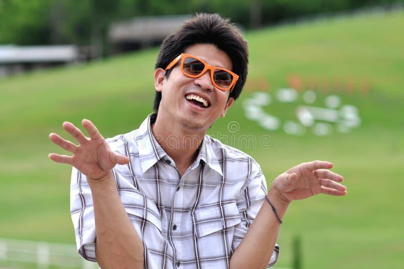 Gekke Glimlach van de Zonnebril van de Mens van Azië Thailand de Oranje royalty-vrije stock afbeeldingen