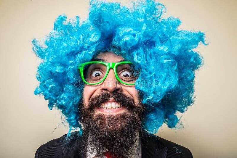 Gekke grappige gebaarde mens met blauwe pruik royalty-vrije stock afbeelding