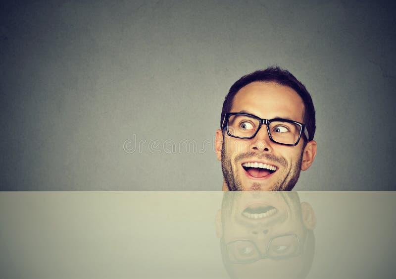 Gekke grappige mens die weg kijken stock foto