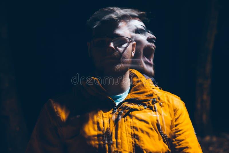 Gekke mens in dark royalty-vrije stock fotografie