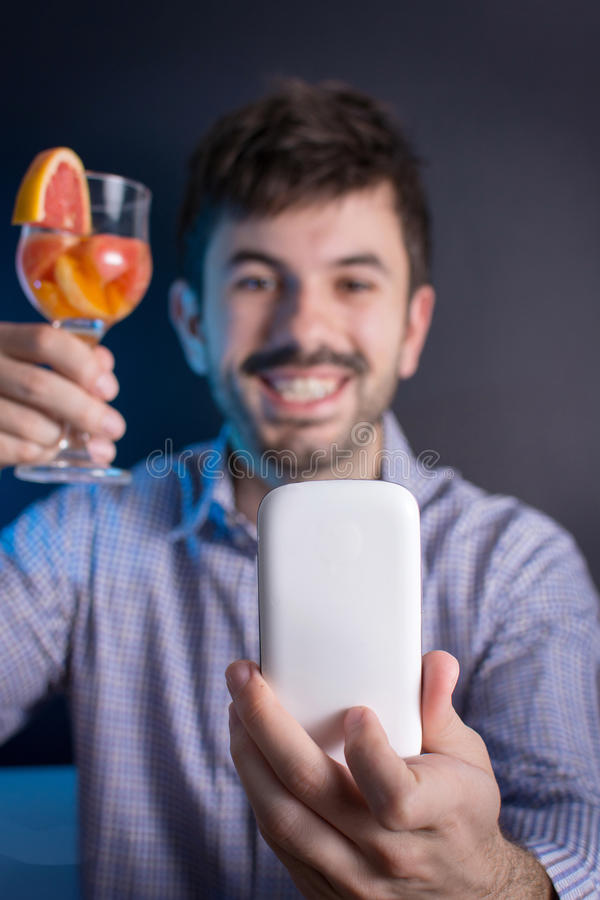 Gekke mens die een selfie met een cocktail maken royalty-vrije stock foto