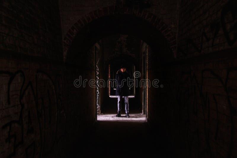 Gekke mens in een verlaten gebouw royalty-vrije stock foto's