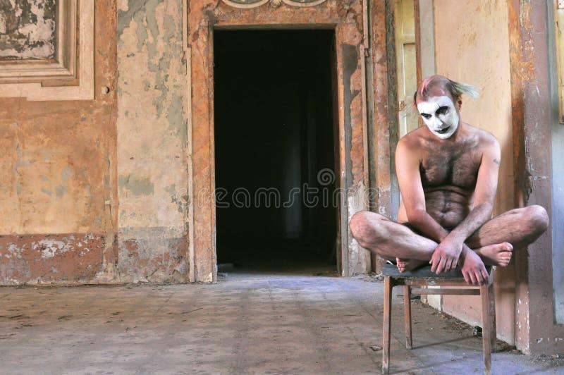 Gekke mens naakt in een verlaten huis in Italië