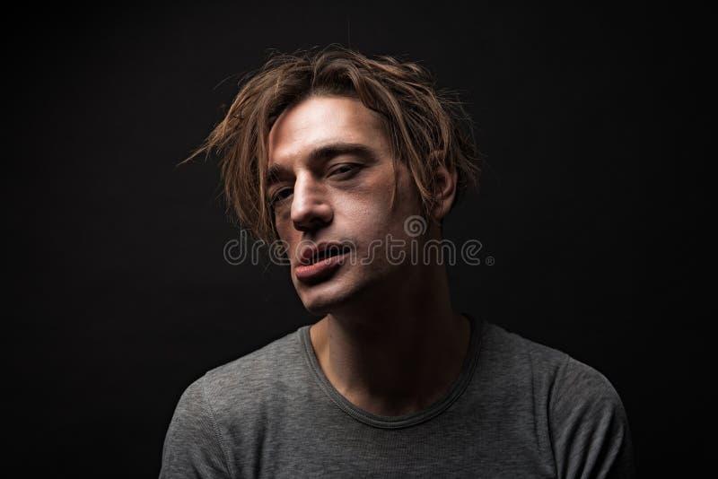 Gekke mens onder de invloed van verdovend middel stock foto's