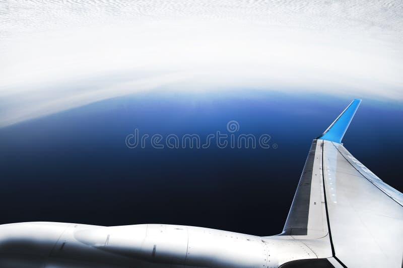 Gekke proef - lijnvliegtuig vliegende bovenkant - neer stock afbeeldingen