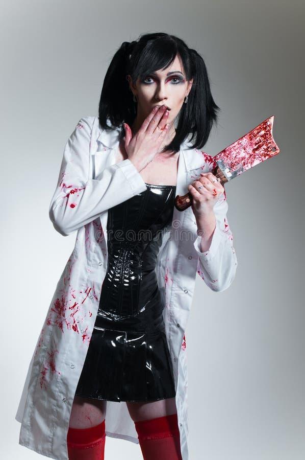 Gekke verpleegster met bloedig mes stock fotografie