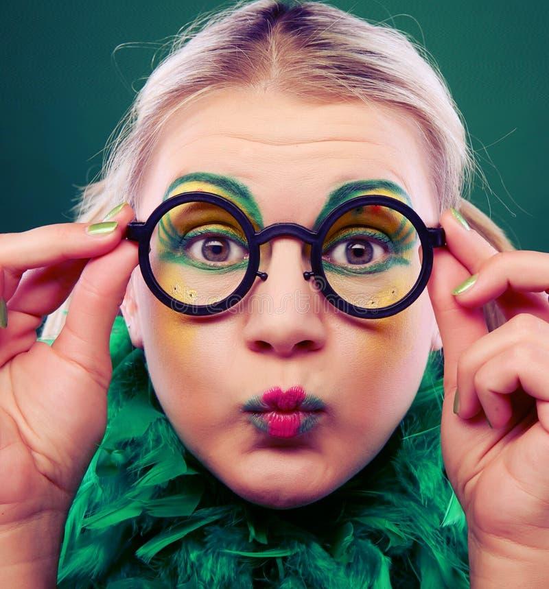 Gekke vrouw met creatieve gezicht dichte omhooggaand stock foto