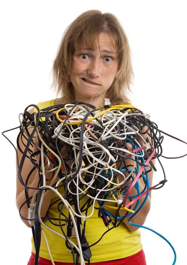 Gekke vrouw met verwarring van kabels royalty-vrije stock fotografie
