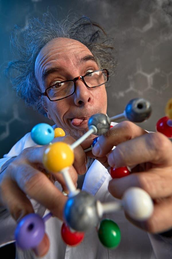 Gekke wetenschapper met moleculair atoommodel stock foto