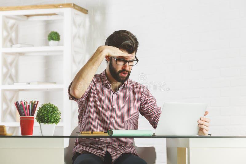 Gekke zakenman die de afstand onderzoeken stock afbeelding