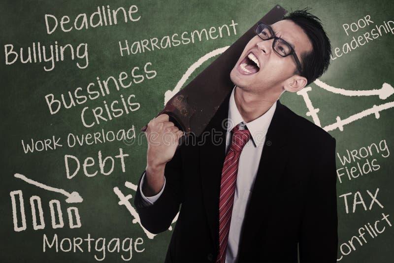 Gekke zakenman die zijn hals snijden royalty-vrije stock foto