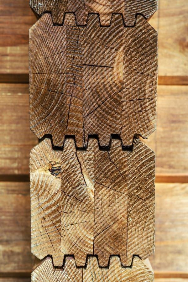 Geklebte Strahlen Das Haus wird von lamelliertem Holz gemacht lizenzfreies stockfoto