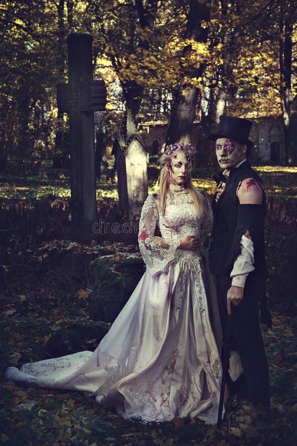 Gekleed in romantisch de zombiepaar van huwelijkskleren stock fotografie