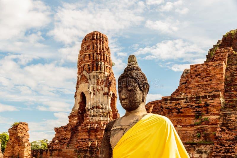 Gekleidete Buddha-Statue in Wat Mahathat, historischer Park Ayutthaya, Thailand stockfotos