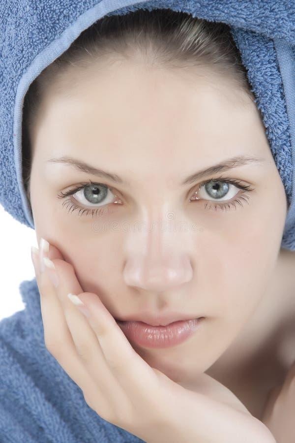 Gekleideter blauer Bademantel der jungen Frau lizenzfreie stockfotografie