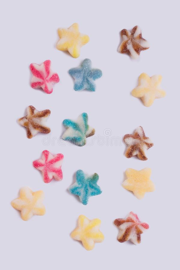 Gekleurd die suikergoed op witte achtergrond wordt verspreid royalty-vrije stock foto's