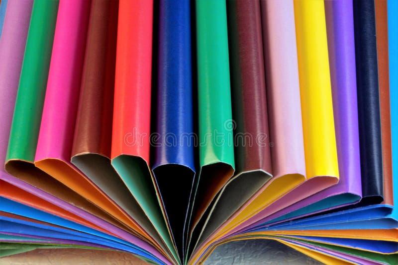 Gekleurd document voor creativiteit in de vorm van bladen voor het schrijven stock afbeelding