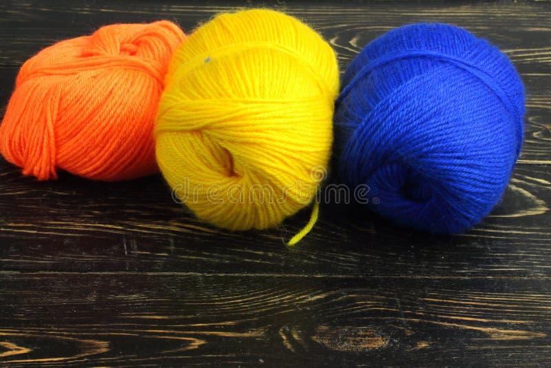 Gekleurd garen voor het breien stock afbeelding