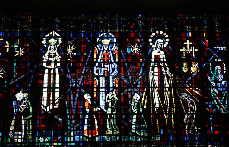 Gekleurd glasvenster in de kerk van Notre Dame D stock afbeeldingen