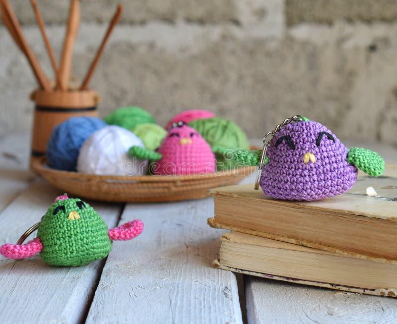 Gekleurd haak vogel Stuk speelgoed voor babys of trinket Met de hand gemaakte gift DIY-ambachtenconcept royalty-vrije stock afbeelding