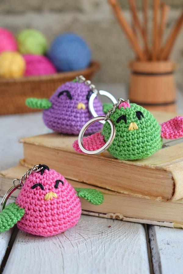 Gekleurd haak vogel Stuk speelgoed voor babys of trinket Met de hand gemaakte gift DIY-ambachtenconcept royalty-vrije stock afbeeldingen