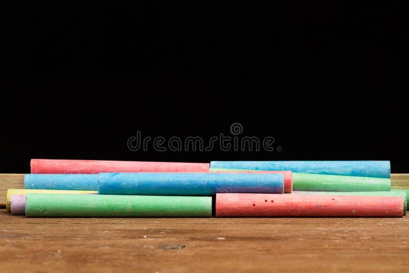 Gekleurd krijt en een bord royalty-vrije stock afbeelding