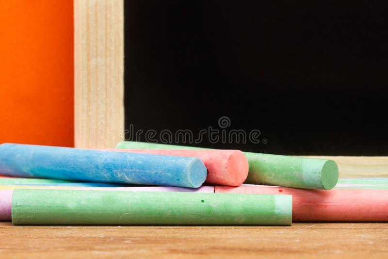 Gekleurd krijt en een bord stock foto