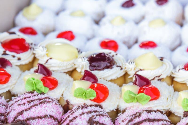 Gekleurd multi donuts stock foto's