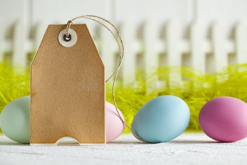 Gekleurd paaseieren en document etiket op samenvatting backgrond stock foto