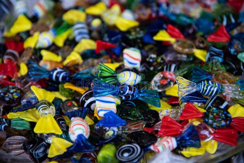 Gekleurd suikergoed in het artistieke glas van Murano Artistieke totstandbrenging typisch van het Venetiaanse eiland stock foto's