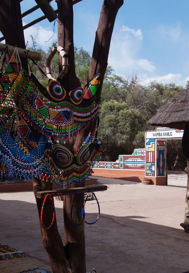 Gekleurde Afrikaanse die ornamenten van parels en a worden gemaakt stock afbeeldingen