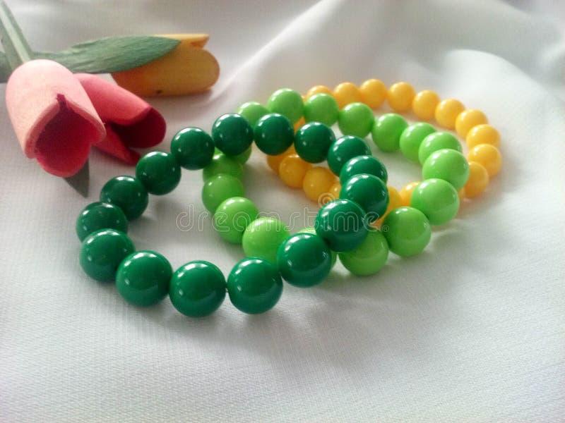 Gekleurde armbanden met parels royalty-vrije stock afbeeldingen