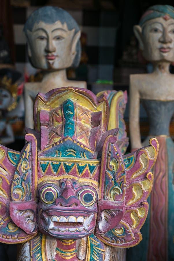 Gekleurde Balinese houten standbeelden in toeristenmarkt in Ubud Indon stock foto's